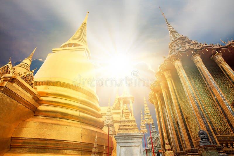 De gouden pagode van Boedha in grote paleis en zon lichtstraal Bangkok stock afbeeldingen