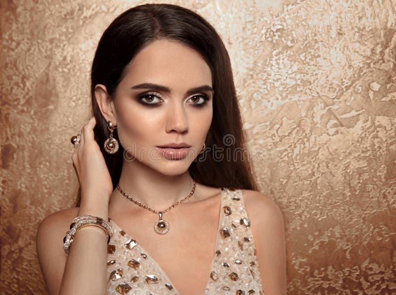 De gouden reeks van maniervrouwen van juwelen Halsband, oorringen en brac royalty-vrije stock afbeelding
