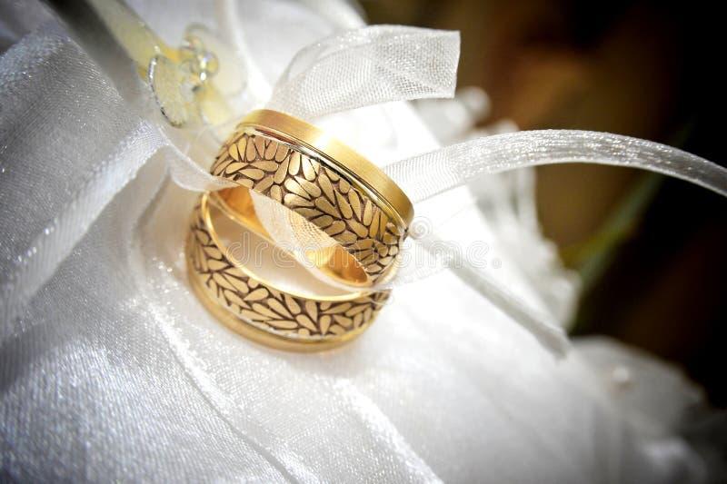 De gouden ringen van het huwelijk stock afbeeldingen
