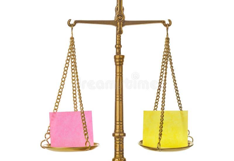 De gouden schaal van het gewichtssaldo met leeg document royalty-vrije stock foto's