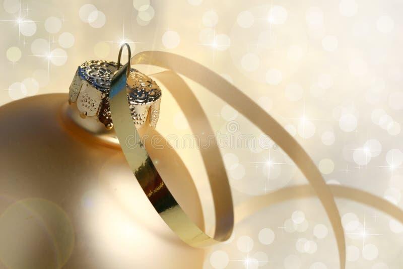 De gouden Snuisterij en de lichten van Kerstmis royalty-vrije stock fotografie