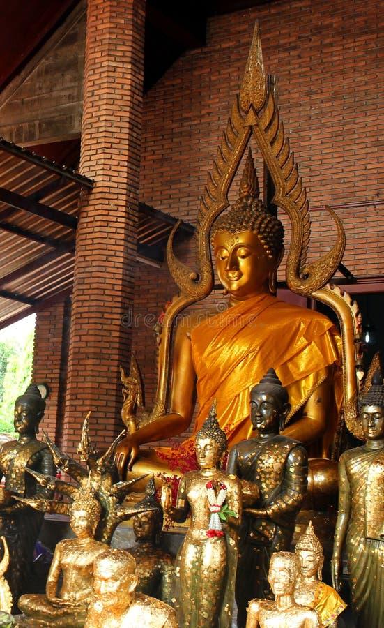 De gouden standbeelden van Boedha in een kleine tempel in Wat Phra Sri Sanphet Ayutthaya, Thailand stock afbeeldingen