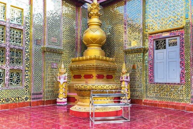 De gouden standbeelden van Boedha van Su Taung Pyai Pagode Mandalay, Myanmar stock afbeelding