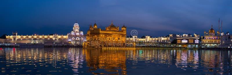De Gouden Tempel op Amritsar, Punjab, India, het heiligste pictogram en de vereringsplaats van Sikh godsdienst Verlicht in de nac royalty-vrije stock foto