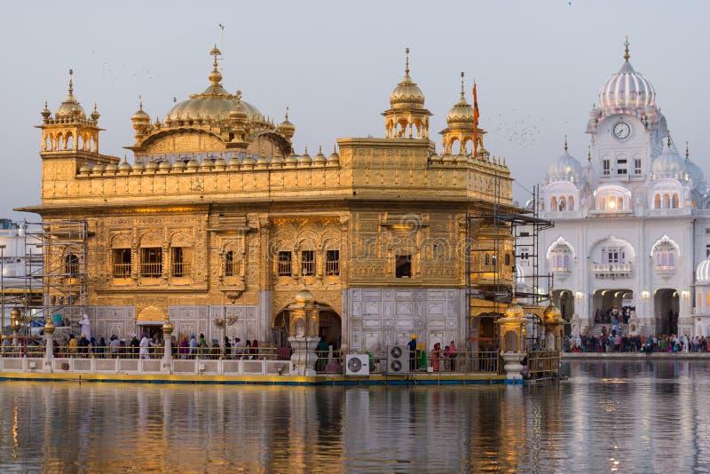 De Gouden Tempel op Amritsar, Punjab, India, het heiligste pictogram en de vereringsplaats van Sikh godsdienst Zonsonderganglicht royalty-vrije stock afbeelding