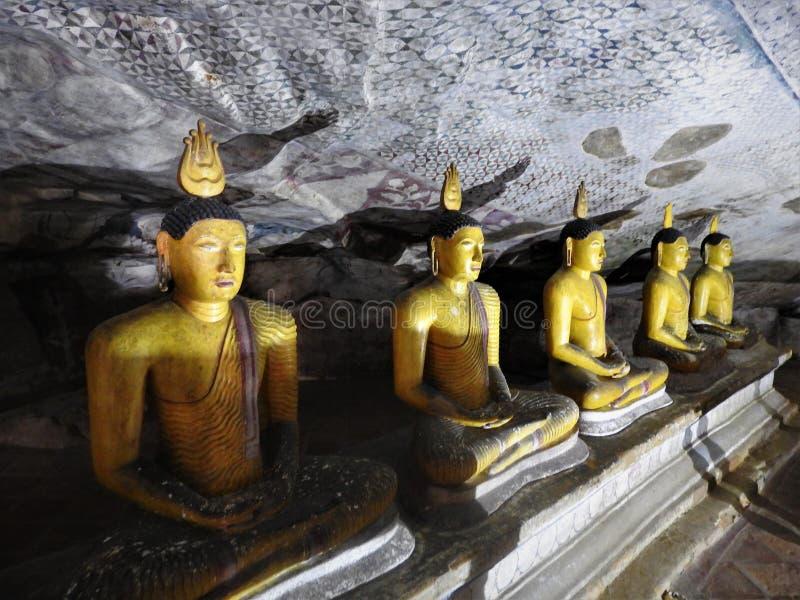 De gouden tempel van Dambulla is de plaats van de werelderfenis en heeft een totaal van een totaal van 153 standbeelden van Boedh stock foto