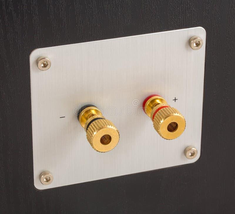 De gouden terminals van de luidsprekersoutput op de rug van de spreker Schakelaars voor het verbinden van kabel of draad royalty-vrije stock afbeelding