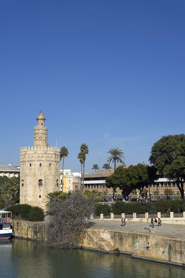 De Gouden Toren naast de Rivier van Guadalquivir in de stad van Sevilla, Spanje stock foto