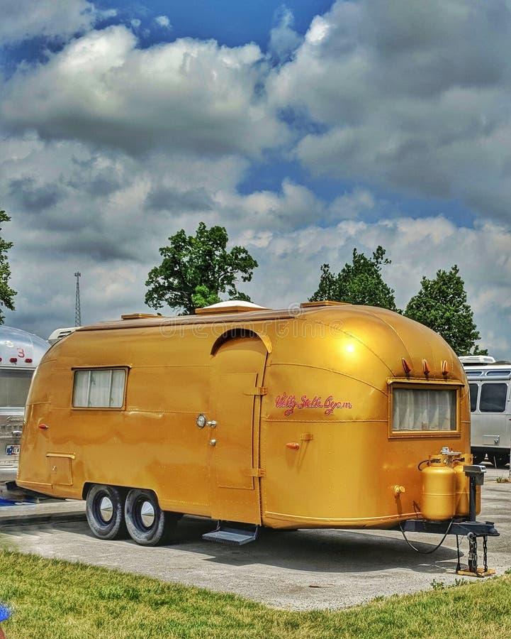 De Gouden Uitstekende Kampeerauto van luchtstroomstellas royalty-vrije stock fotografie