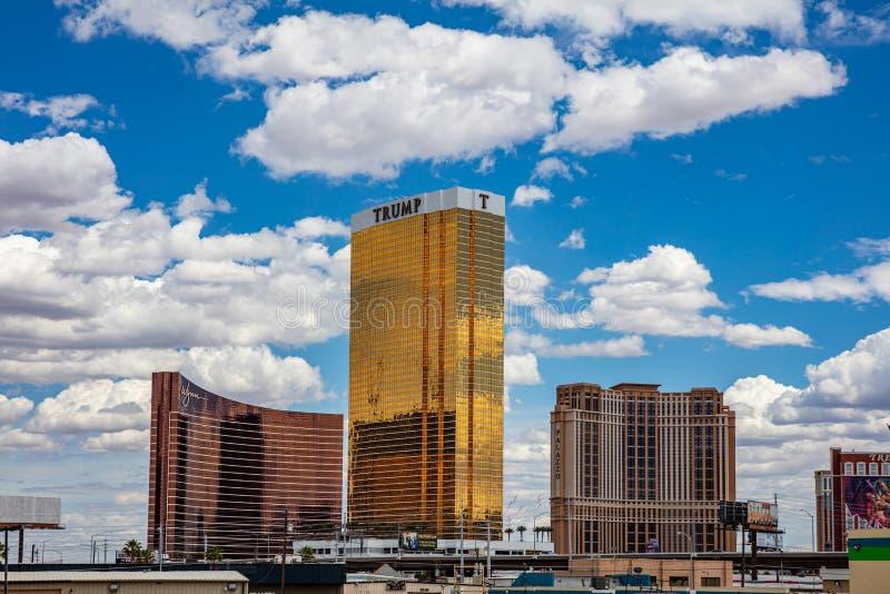 De gouden voorgevel van de troeftoren in de ochtend Zonnige de lentedag, blauwe hemel royalty-vrije stock fotografie