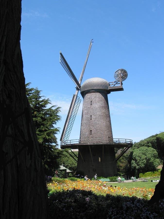 Download De Gouden Windmolen Van Het Park Van De Poort Stock Foto - Afbeelding bestaande uit blauw, windmolen: 35514