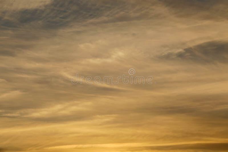 De gouden zonsonderganghemel betrekt achtergrond royalty-vrije stock afbeeldingen