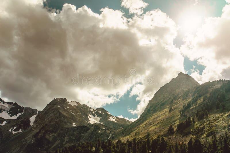 De gröna bergen av det norr Kaukasuset arkivbilder