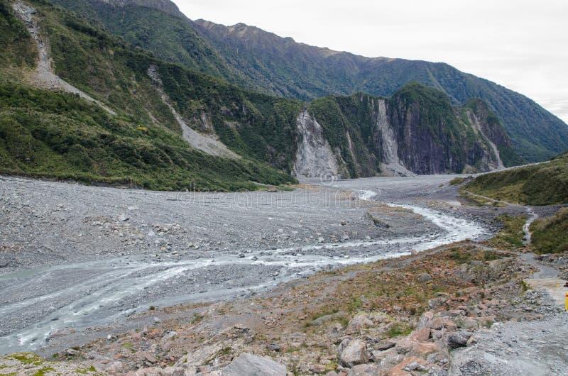 De gröna bergen med vatten från räven Gracia i den södra ön, Nya Zeeland arkivbild