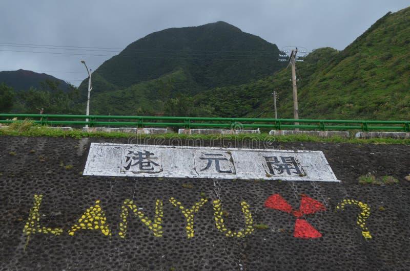 De graffiti in Kaiyuan-haven stelt de opslag van radiactive afval in Lanyu-eiland aan de kaak royalty-vrije stock fotografie