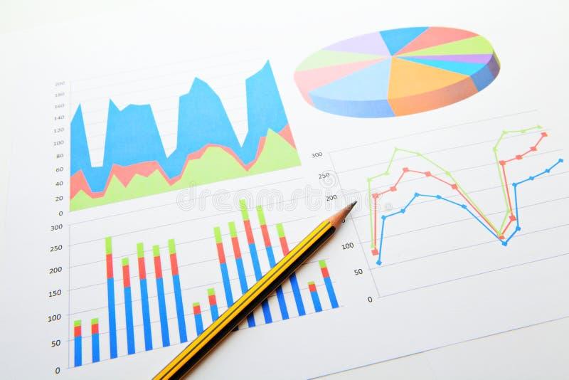 De grafiek en de grafieken van de gegevensanalyse royalty-vrije stock fotografie