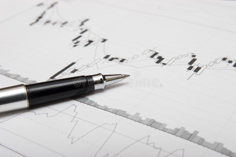 De grafiek en de pen van kandelaars stock foto