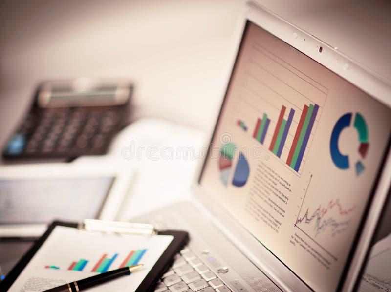 De grafieken van de Analyzinvestering met laptop stock afbeelding