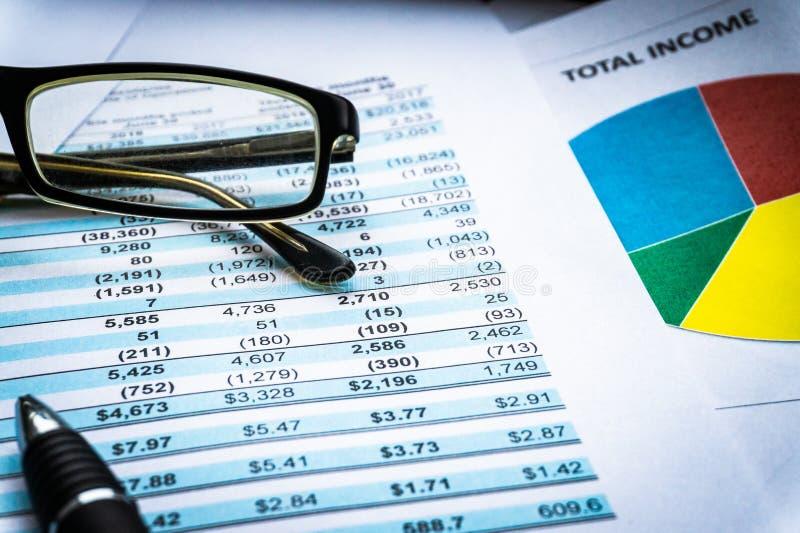 De grafieken van de financiële boekhoudingseffectenbeurs analyseverklaring stock fotografie