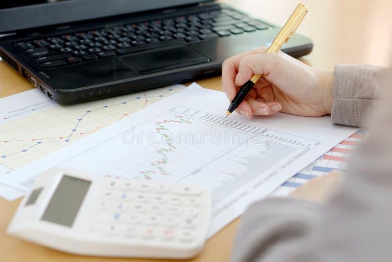 De grafiekenanalyse van de financiële boekhoudingseffectenbeurs stock foto