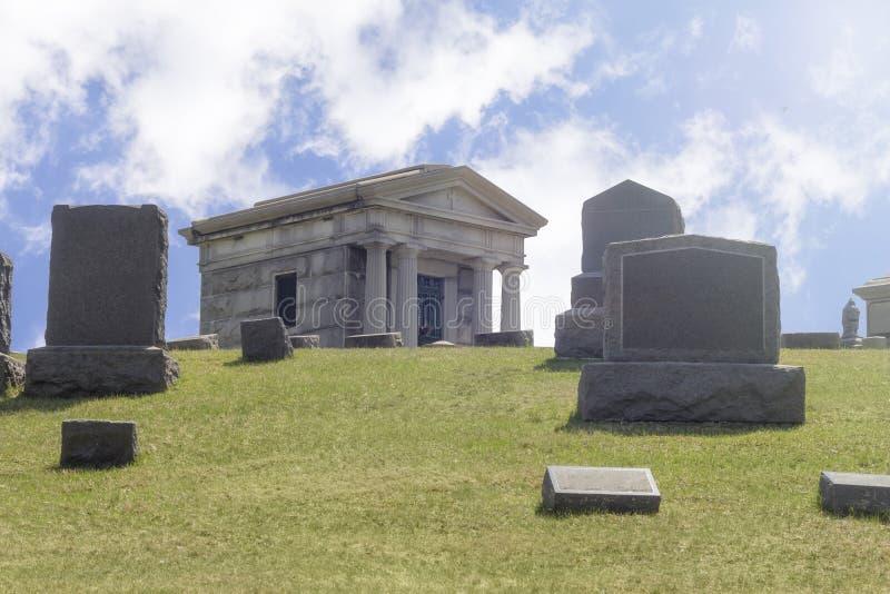 Download De Grafzerken Van Kerkhofgraven Stock Foto - Afbeelding bestaande uit stenen, gras: 54091770