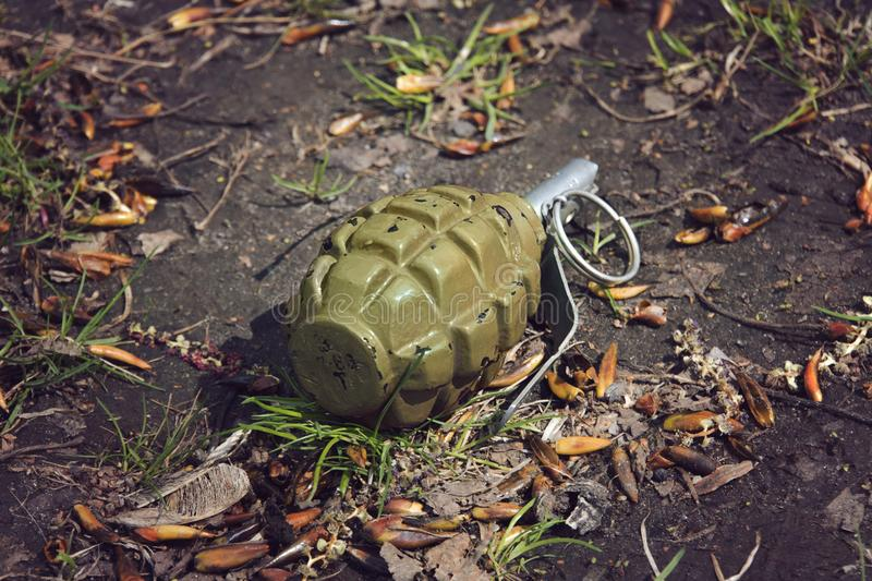De granaat die van de handgranaat op de grond liggen stock afbeeldingen