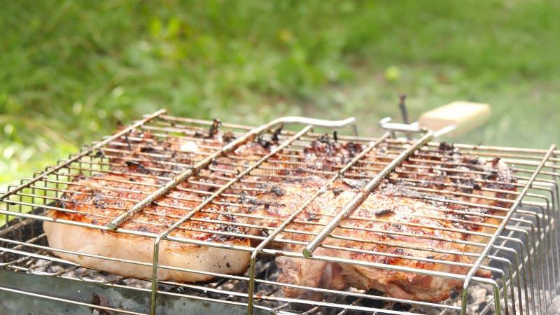 De grands morceaux de viande juteux sont faits frire sur le barbecue Repos et cuisson en nature photographie stock