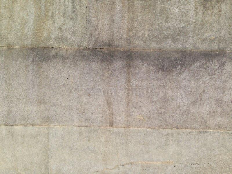 De granietsteen is het onder ogen zien van de de bouwplak die van het water is geroest stock afbeelding