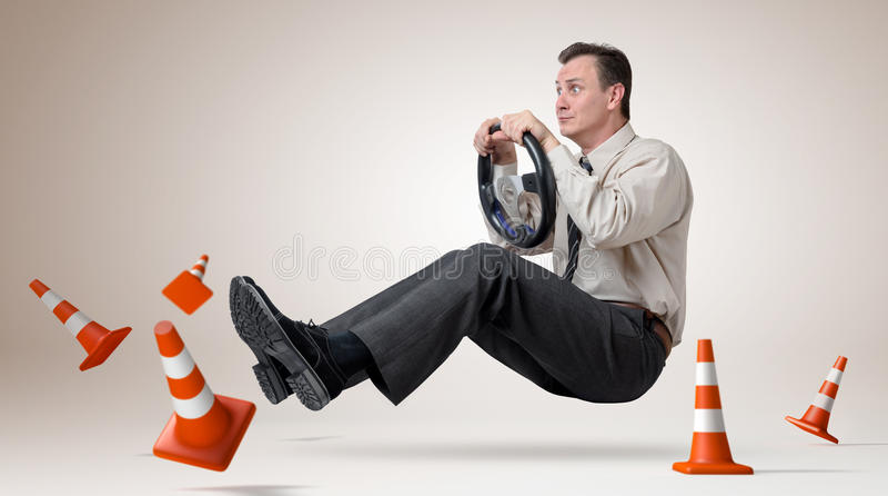 De grappige bestuurder van de mensenauto met een wiel royalty-vrije stock afbeeldingen