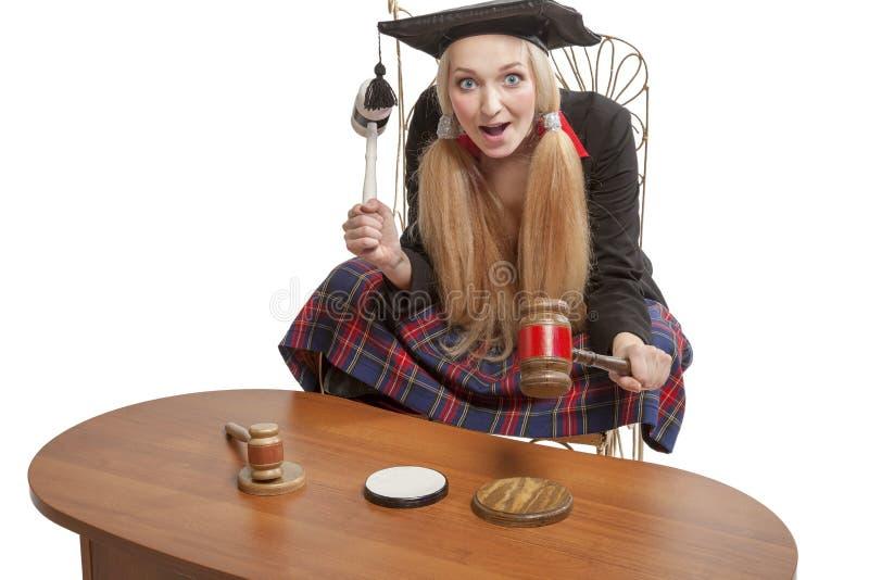 De grappige blonde houten hamers van de rechtersholding royalty-vrije stock fotografie