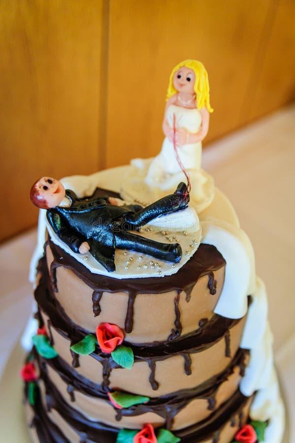 De grappige bovenkant van de huwelijkscake stock afbeeldingen