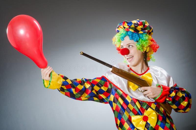 De grappige clown in komisch concept stock fotografie