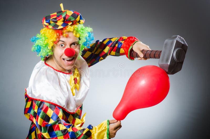 De grappige clown in komisch concept stock foto's