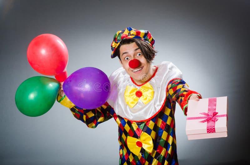 De grappige clown in komisch concept stock foto