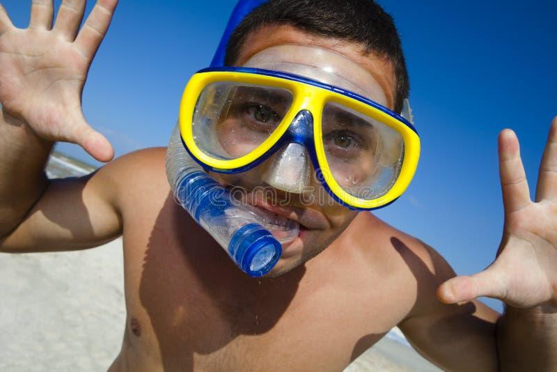 De grappige duikende mens in een zwemmend masker en snorkelt royalty-vrije stock foto's