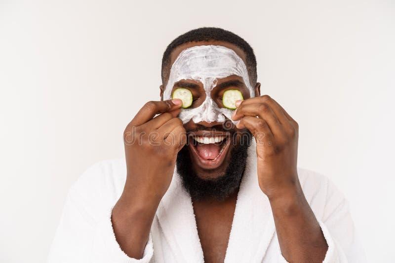 De grappige lachende mens met masker leidt gezonde levensstijl, die zich bij ochtendprocedures verheugen positieve emotie in de o stock foto