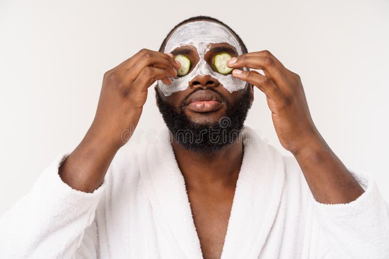 De grappige lachende mens met masker leidt gezonde levensstijl, die zich bij ochtendprocedures verheugen positieve emotie in de o stock fotografie