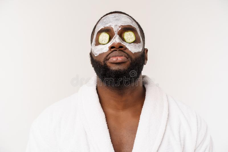 De grappige lachende mens met masker leidt gezonde levensstijl, die zich bij ochtendprocedures verheugen positieve emotie in de o royalty-vrije stock foto