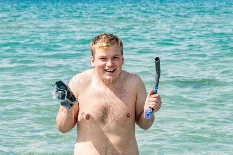 De grappige mensenduiker met snorkelt materiaal snorkelende masker en buis in oceaan De zomervakantie het zwemmen pretconcept royalty-vrije stock fotografie