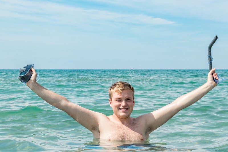 De grappige mensenduiker met snorkelt materiaal snorkelende masker en buis in oceaan De zomervakantie het zwemmen pretconcept stock afbeelding