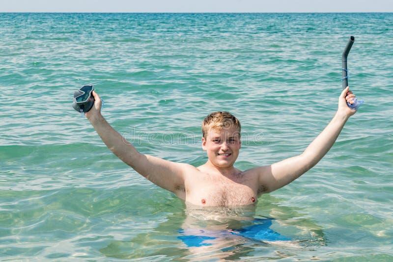 De grappige mensenduiker met snorkelt materiaal snorkelende masker en buis in oceaan De zomervakantie het zwemmen pretconcept stock afbeeldingen