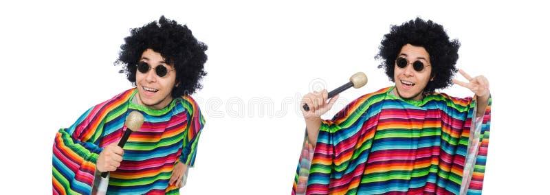 De grappige Mexicaanse dragende die poncho met maracas op wit wordt geïsoleerd stock foto's