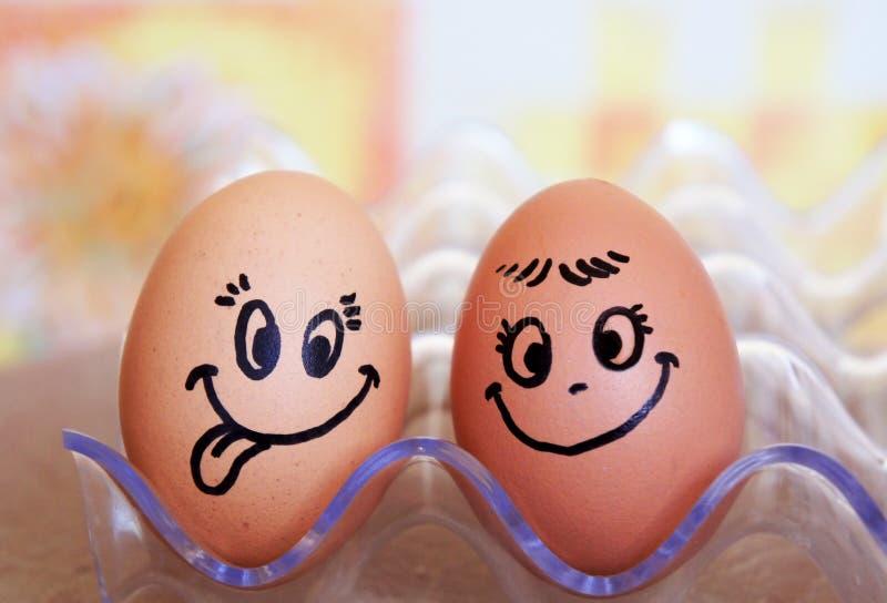 De grappige Pasen-glimlacheieren, houden van gelukkig eierenpaar stock afbeeldingen