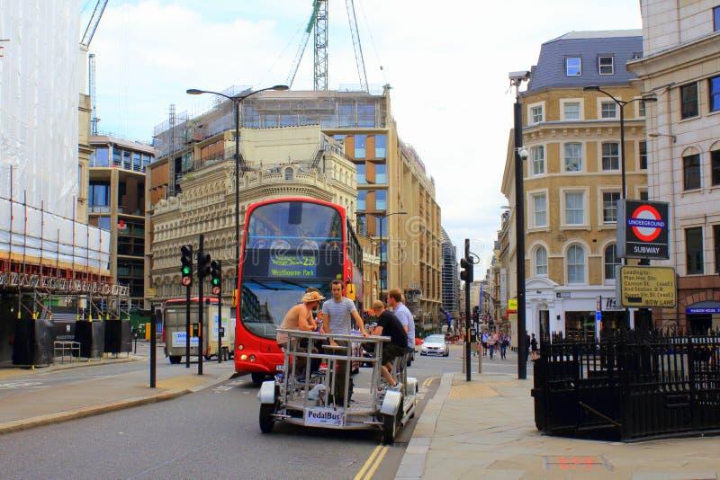 De grappige reis van de pedaalbus op de Stad van de Kanonstraat van Londen Engeland royalty-vrije stock afbeeldingen