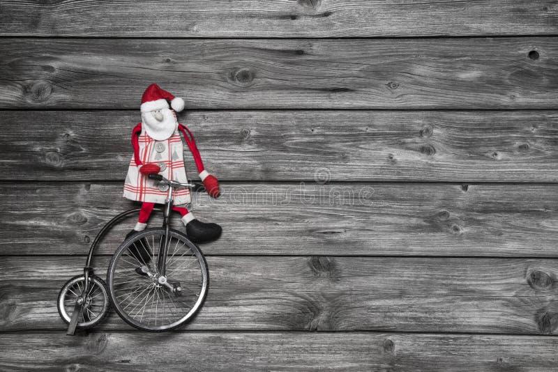 De grappige rode Kerstman op houten grijze achtergrond in haast voor koopt royalty-vrije stock foto