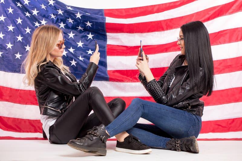 De grappige schitterende meisjes trekken ` t willen aan elkaar hun praatjes tonen royalty-vrije stock afbeelding