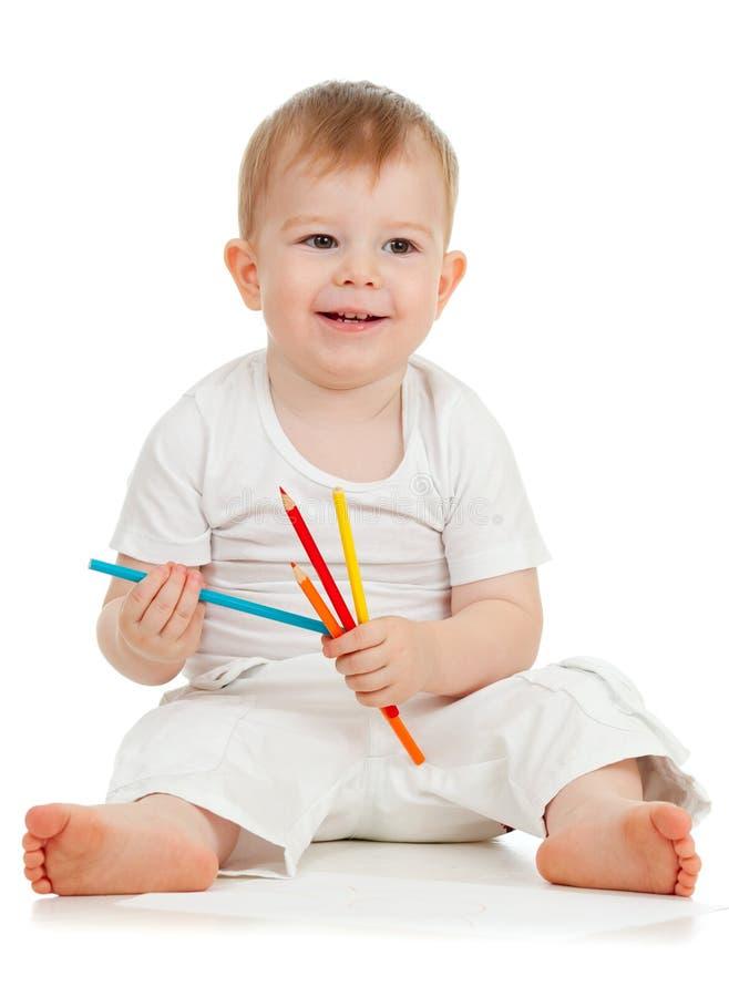 De grappige tekening van de babyjongen met kleurenpotloden royalty-vrije stock fotografie