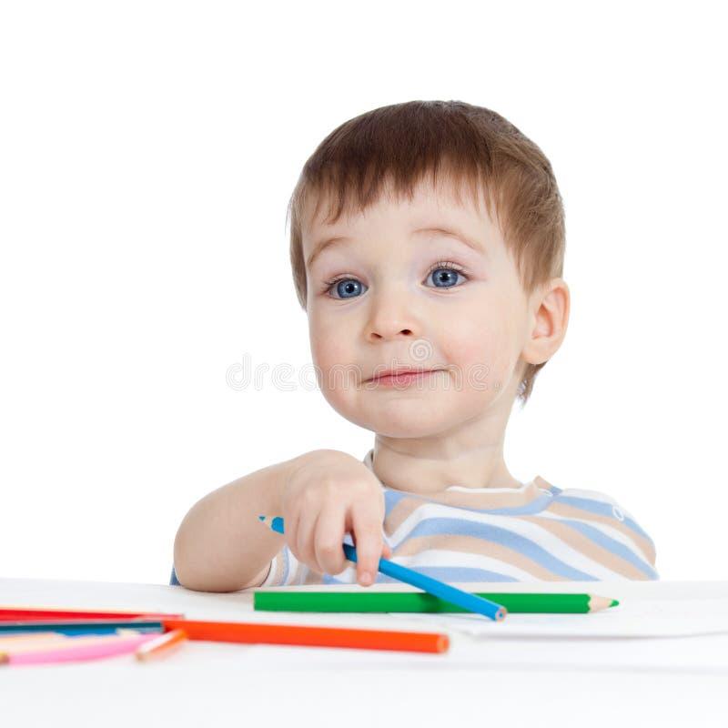 De grappige tekening van de babyjongen met kleurenpotloden royalty-vrije stock afbeeldingen