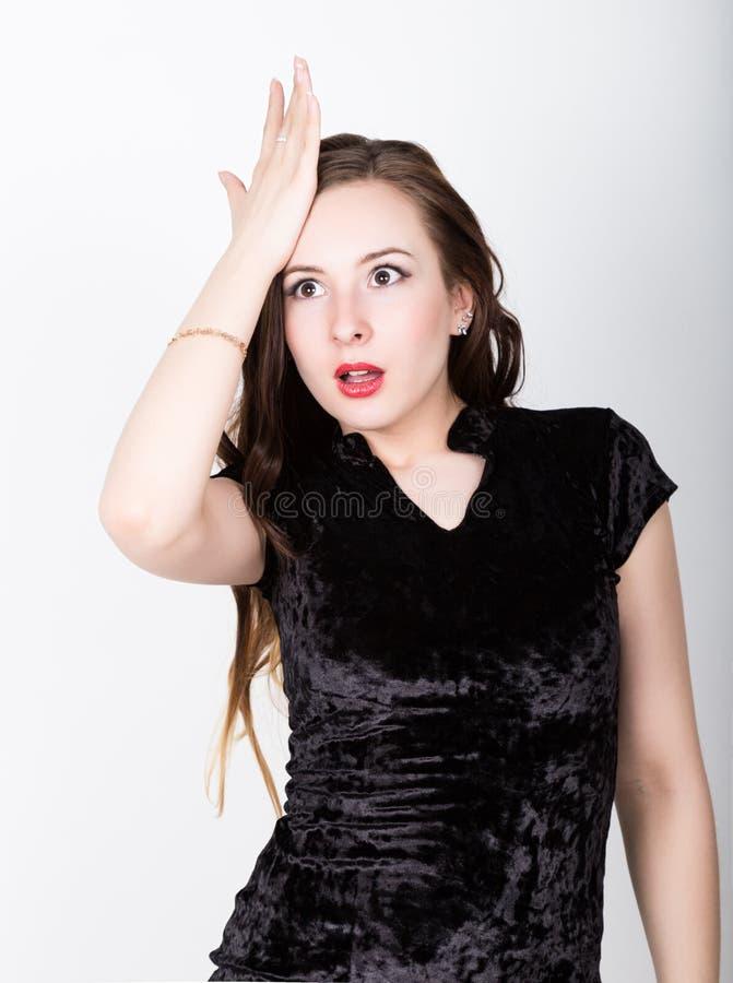 De grappige toevallige vrouw mept zijn voorhoofd in een teleurgesteld ogenblik oh-nr, verschillende gelukkige emoties royalty-vrije stock foto