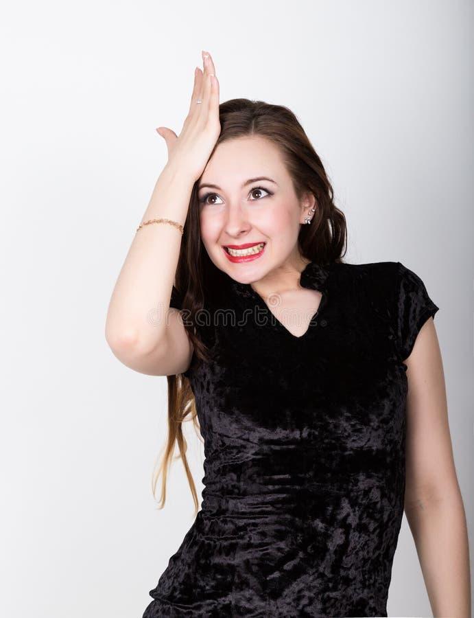 De grappige toevallige vrouw mept zijn voorhoofd in een teleurgesteld ogenblik oh-nr, verschillende gelukkige emoties royalty-vrije stock afbeelding